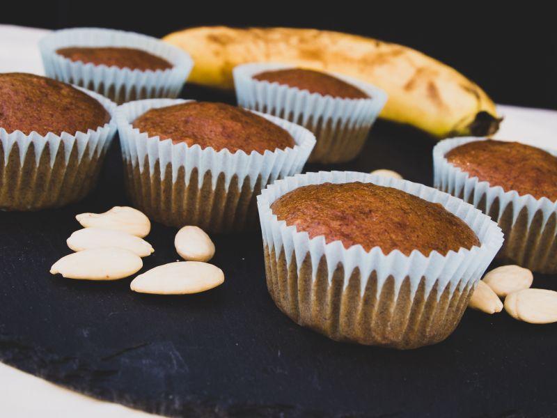 Vegane Bananenmuffins auf Servierplatte