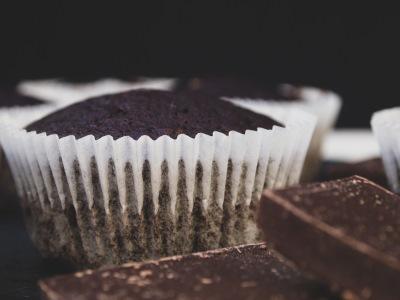 Vegane Schokomuffins mit Zartbitterschokolade