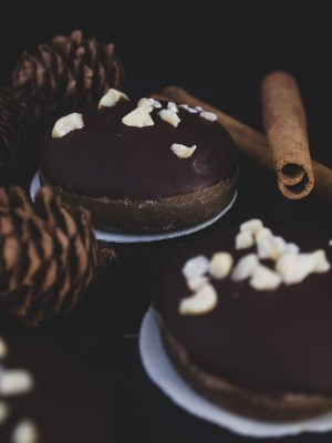 Vegane Lebkuchen mit Schokoladenglasur und gehackten Mandeln