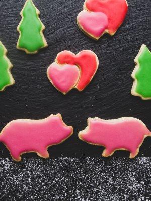 Glasur Weihnachtsplätzchen.Vegane Weihnachtsplätzchen
