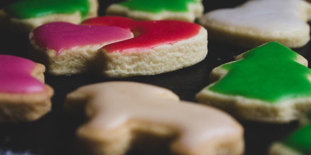 Vegane Weihnachtsplätzchen mit bunter Glasur