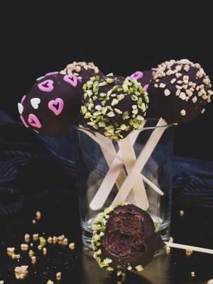 Vegane Cake-Pops mit Schokolade und Krokant
