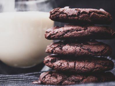 Vegane Schokocookies neben einem Glas Hafermilch