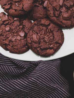 Vegane Schoko Cookies auf einem Teller