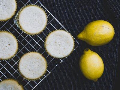 Vegane Zitronenmuffins auf Kuchenblech