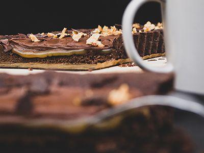 Vegane Schoko-Karamell-Tarte mit Erdnusskaramell und Tasse