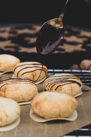 Vegane Kokosmakronen werden mit Schokolade dekoriert