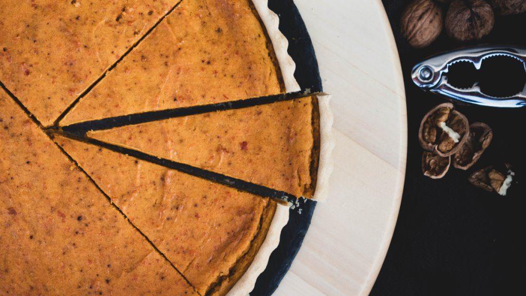 Angeschnittene vegane Pumpkin Pie
